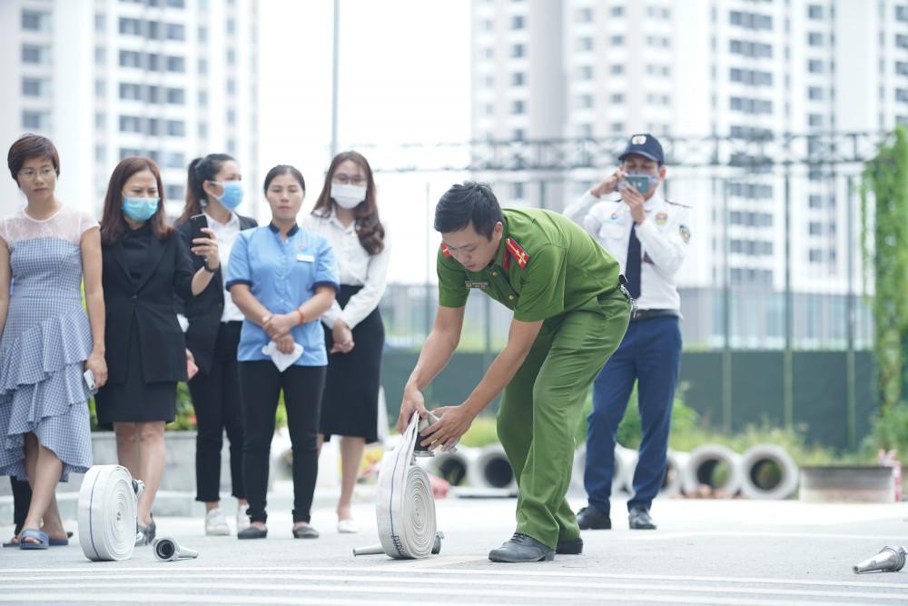 Cư dân và nhân viên tòa nhà chăm chú lắng nghe hướng dẫn. Ảnh: Sunshine cung cấp
