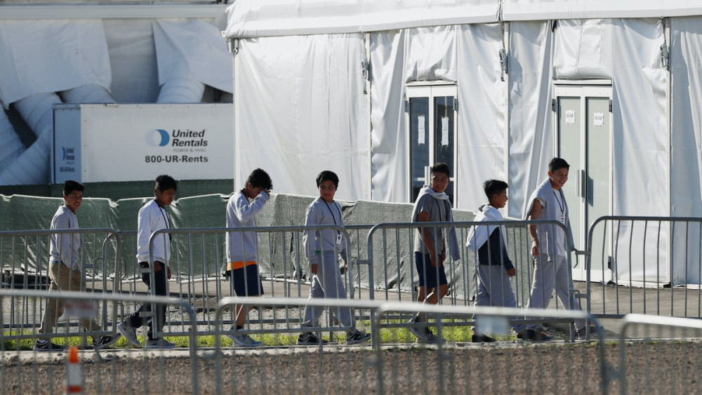Theo chính sách không khoan nhượng của Tổng thống Donald Trump, lực lượng chức năng sẽ tách trẻ em di cư khỏi cha mẹ để đưa đến các khu tập trung khác nhau.