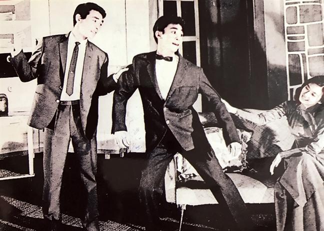 NSƯT Nam Hùng (giữa) diễn với nghệ sĩ Thành Được và Thanh Nga trong vở Sân khấu về khuya