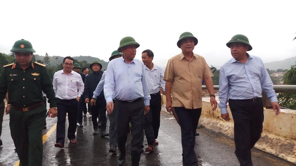 Đoàn công tác của Thủ tướng Trương Hòa Bình đi kiểm tra những điểm sạt lở do cơn bão số 5 vừa qua tại huyện Tây Giang