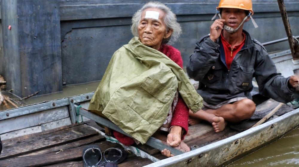 Suốt 12 ngày qua, nhà cửa của hàng ngàn người dân rốn lũ dọc sông Ô Lâu huyện Hải Lăng (Quảng Trị) ngập chìm trong nước, hiện tại bà con rất khó khăn khi đưa người bệnh đi cấp cứu tại Trung tâm y tế của huyện này