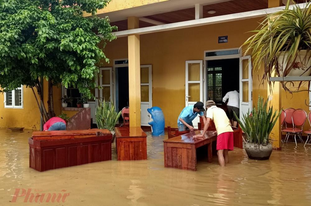 Tại các xã ngập sâu ở huyện Triệu Phong, dù nước đã rút nhưng để lại lớp bùn dày đặc. Từ sáng sớm, các giáo viên tập trung xách nước lau dọn phòng học.