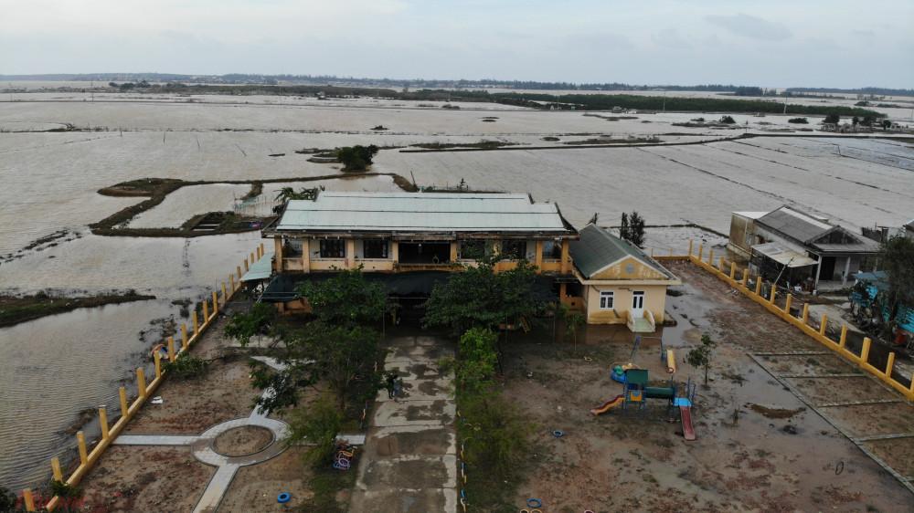 Ngày 21/10 đại diện lãnh đạo Sở GD&ĐT Hà Tĩnh đã đến một số trường ở vùng ngập lụt động viên cán bộ, giáo viên và đôn đốc các nhà trường khắc phục hậu quả do mưa lũ.