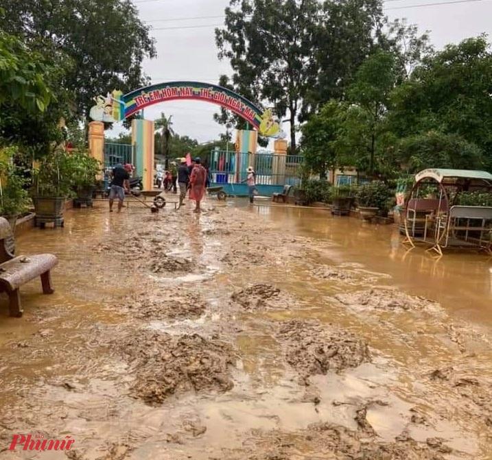 Một giáo viên ở Quảng Trị cho biết, lũ rút thì nhà trường phải dành từ 3 - 5 ngày để vệ sinh trường học rồi mới đón học sinh.
