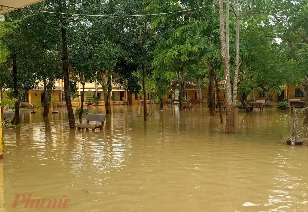 Toàn tỉnh Hà Tĩnh hiện có khoảng 150 trường bị ngập, chủ yếu ở các huyện Cẩm Xuyên, Thạch Hà, TP Hà Tĩnh, Can Lộc. Trong số đó có trên 50 trường bị ngập sâu.