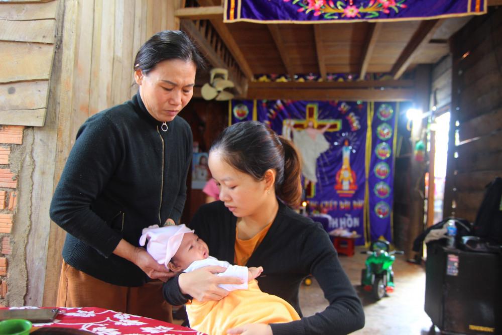 Chị Thảo bế đứa con nhỏ hơn 2 tháng tuổi