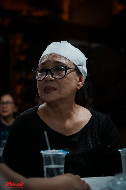 NSƯT Tô Kim Hồng - vợ cố nghệ sĩ Nam Hùng cho biết chồng qua đời đột ngột khiến bà rất đau đớn. Vài ngày trước khi trở về từ bệnh viện, ông vẫn khoẻ, tỉnh táo và nhắc nhiều về những lần đi miền Trung biểu diễn.