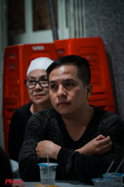 Ca sĩ Dương Đình Trí nhắc nhớ kỷ niệm cách đây hơn 10 năm khi nghệ sĩ Nam Hùng cùng về quê Vĩnh Long để thực hiện một sản phẩm với NSND Lệ Thuỷ. Lúc đó, ông cũng khá lớn tuổi nhưng rất xông xáo.