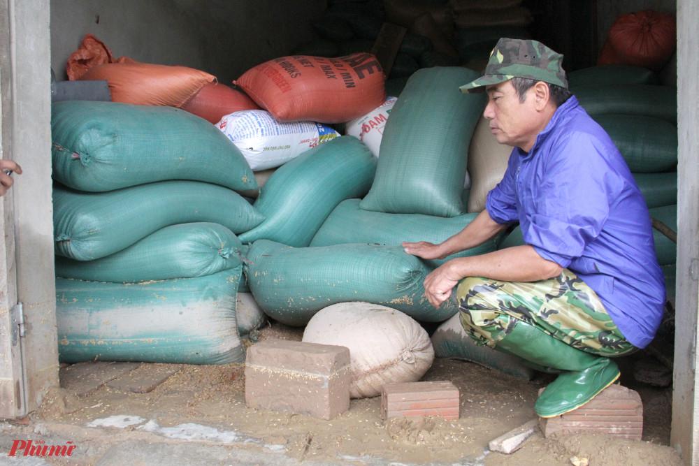 Kho lúa hàng chục tấn của người dân bị ngâm chìm trong nước