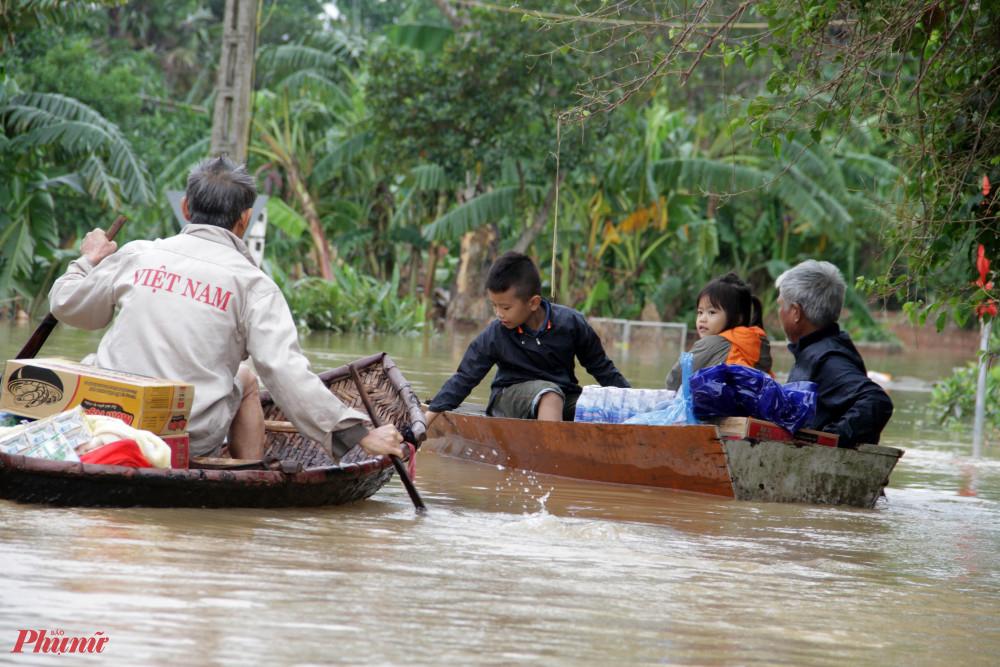 Nhiều xóm ở Cẩm Duệ vẫn ngập sâu trong biển nước