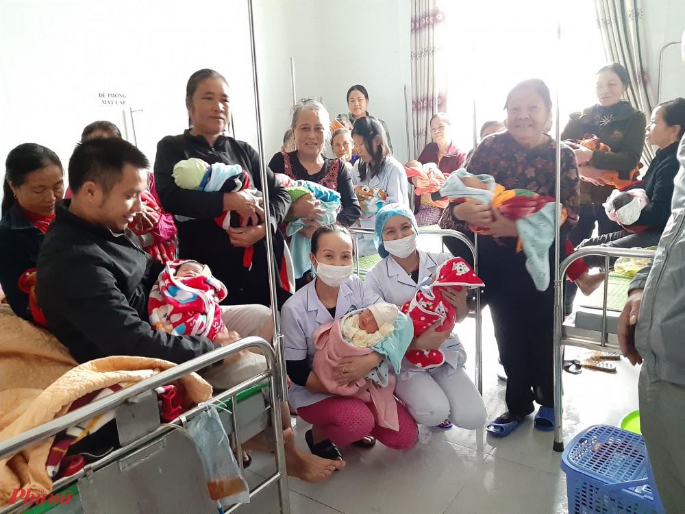Các bà mẹ tươi cươi chờ ngày xuất viện sau ca kép 'vượt cạn sinh con cùng vượt lũ