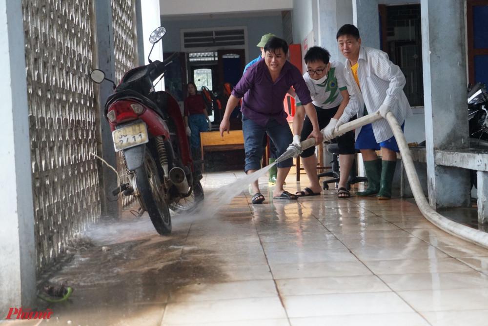 Công tác dọn dẹp bệnh viện được tiến hành khẩn trương sau khi lũ rút