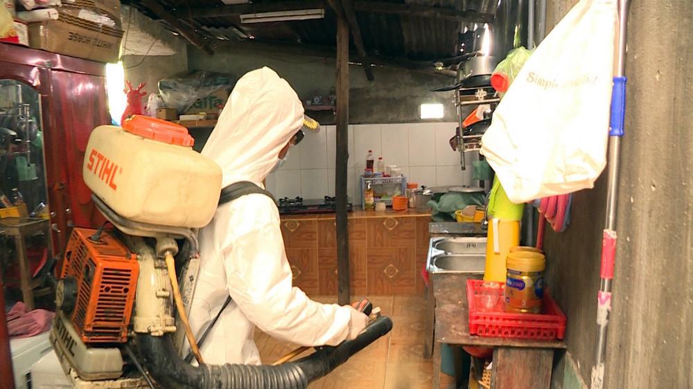 Nhiều địa phương ở miền Trung triển khai công tác phun thuốc khử khuẩn ngay khi lũ rút