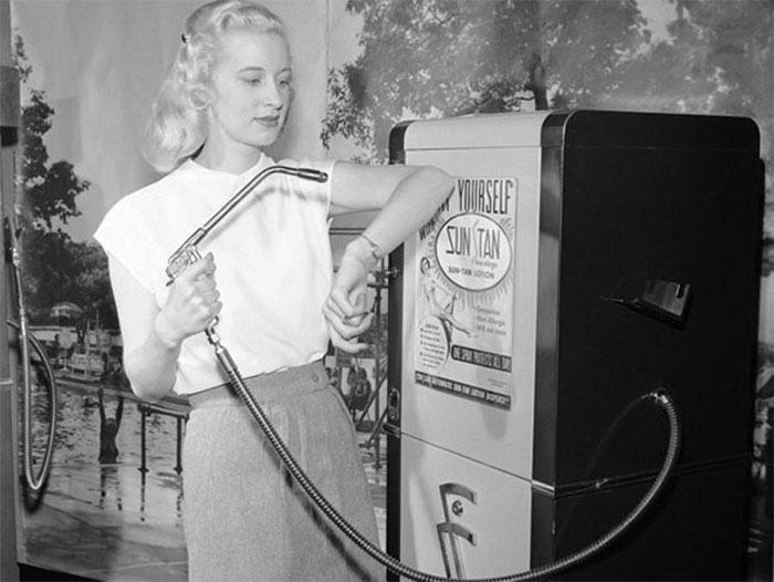Người phụ nữ sử dụng máy nhuộm da tự động Suntan năm 1949.