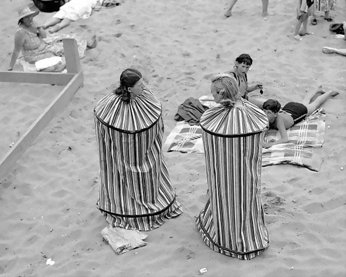 Rita Perchetti và Gloria Rossi thử sản phẩm nhà tắm di động để có thể thay quần áo sau khi tắm nắng trên bãi biển Coney Island (Mỹ), năm 1938.