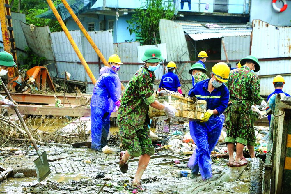 Nhiều lực lượng ở TP.Huế tham gia thu dọn rác, chất thải sau lũ để ngăn ngừa dịch bệnh ẢNH: NHÓM PHÓNG VIÊN