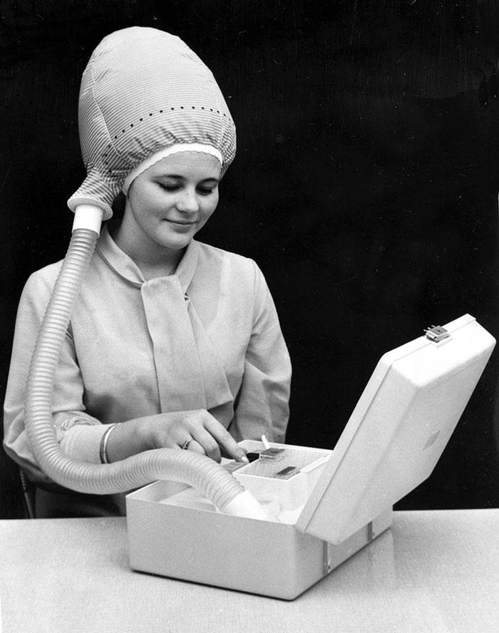 Máy sấy tóc di động vào những năm 1940.