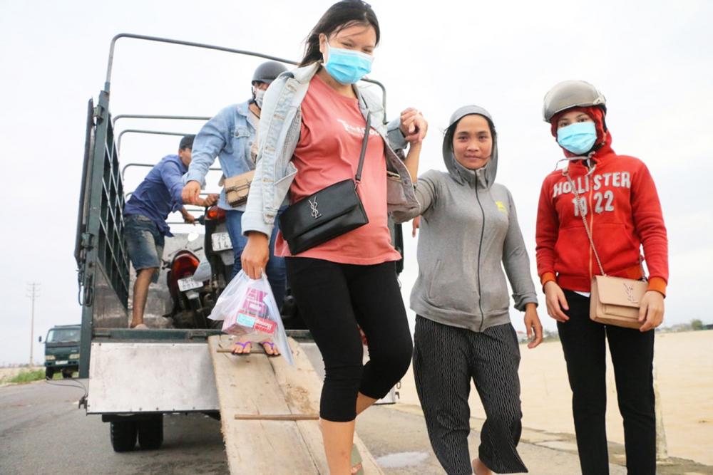 Một phụ nữ có thai ở xã Hương Phong, H.Hương Điền, tỉnh Thừa Thiên - Huế vượt lũ đến thị xã Hương Trà  mua thuốc men phòng bệnh