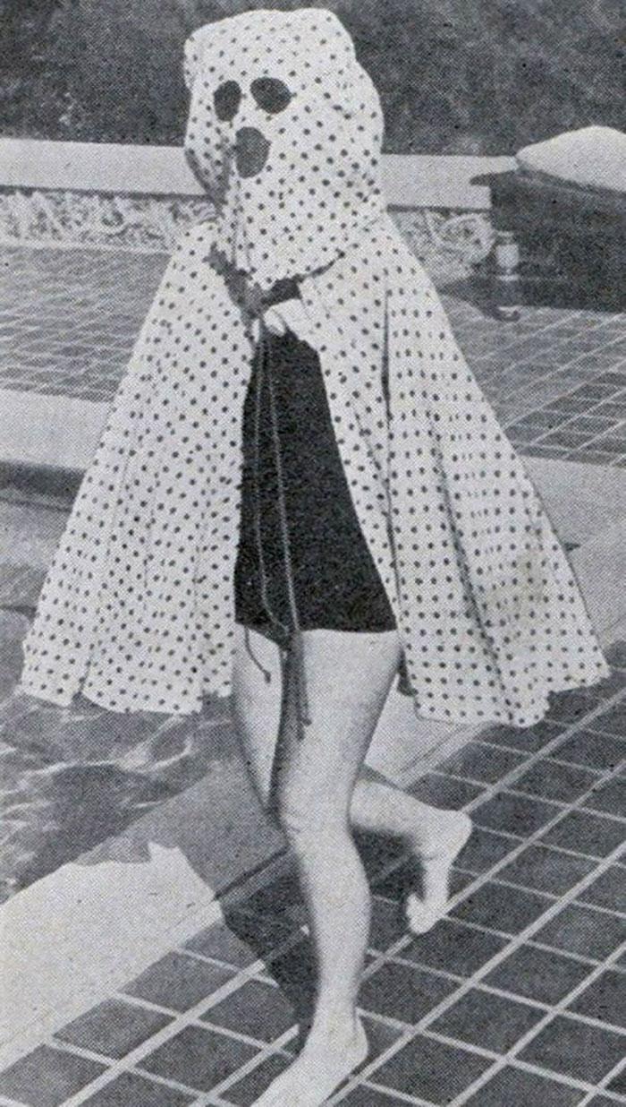 Trước khi con người phát minh ra kem chống nắng vào giữa những năm 1940, những người tắm biển hoặc đi bơi phải bận loại áo choàng kỳ lạ này để bảo vệ bản thân khỏi ánh nắng mặt trời. Đáng chú ý, trang phục tích hợp cả kính râm.