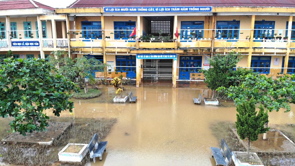 Rất nhiều trường học ở miền Trung chìm trong nước lũ bị thiệt hại nặng nề