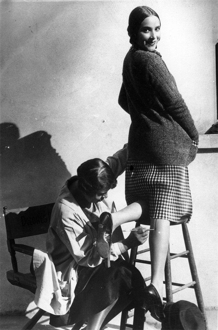 Một người phụ nữ vẽ đường may vào chân để trông có vẻ như đang đeo tất, năm 1926.