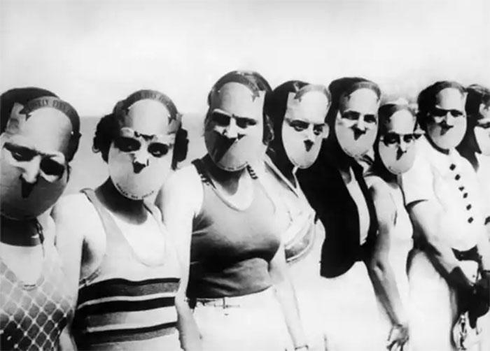 """Các thí sinh trong cuộc thi """"Hoa hậu có đôi mắt đáng yêu"""" ở bang Florida đeo mặt nạ để che đi phần còn lại của khuôn mặt, năm 1930."""