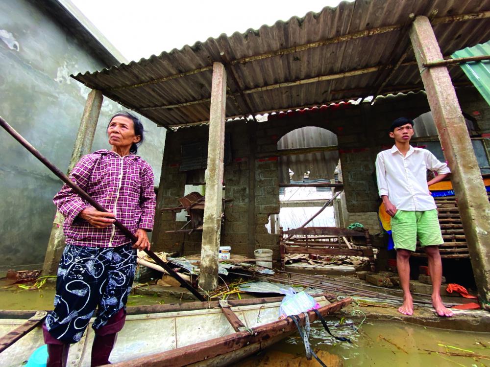 Bà Lê Thị Hoa, ở thôn Phú Kinh, xã Hải Phong, H.Hải Lăng, tỉnh Quảng Trị,  trở về thăm nhà cháu nội bị sập