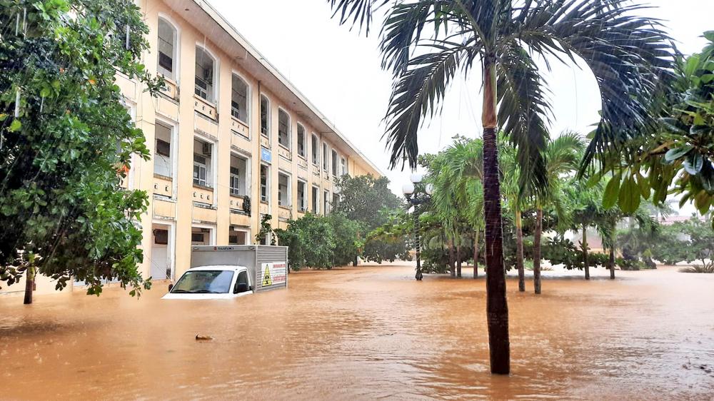 Bệnh viện đa khoa H.Lệ Thủy, tỉnh Quảng Bình bị nước lũ nhấn chìm làm hư hỏng nhiều thiết bị y tế