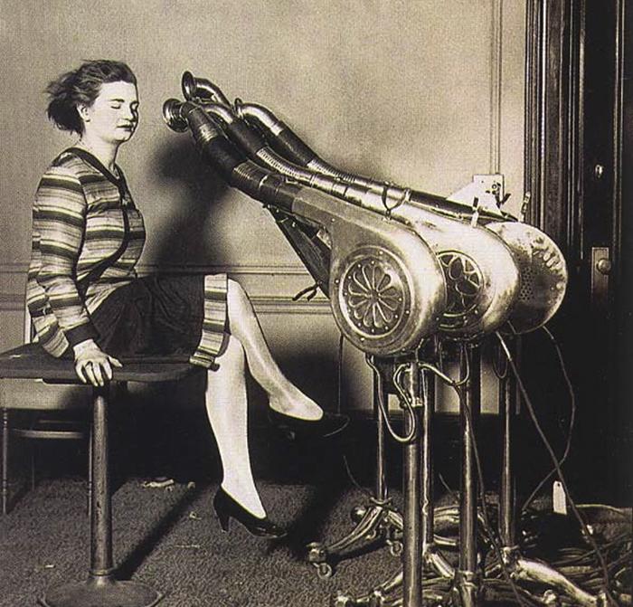 Máy sấy tóc vào những năm 1920.