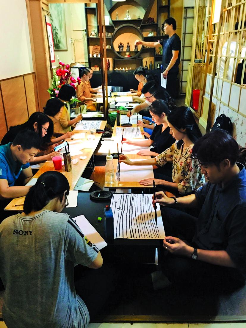 Các buổi nói chuyện về thiền, thư pháp…  tại Zen Tea diễn ra định kỳ vào tối thứ Hai