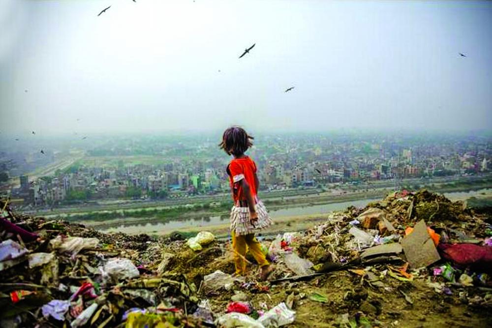Zarina (7 tuổi) chuyên đi nhặt rác tại bãi rác Ghazipur ở Delhi, Ấn Độ để nuôi sống bản thân Ảnh: Stephanie Sinclair