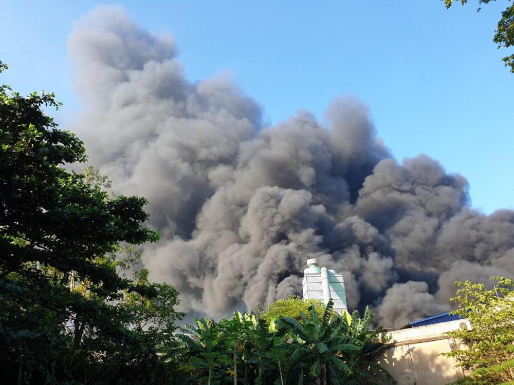 Đến 8g10, đám cháy vẫn chưa có dấu hiệu giảm