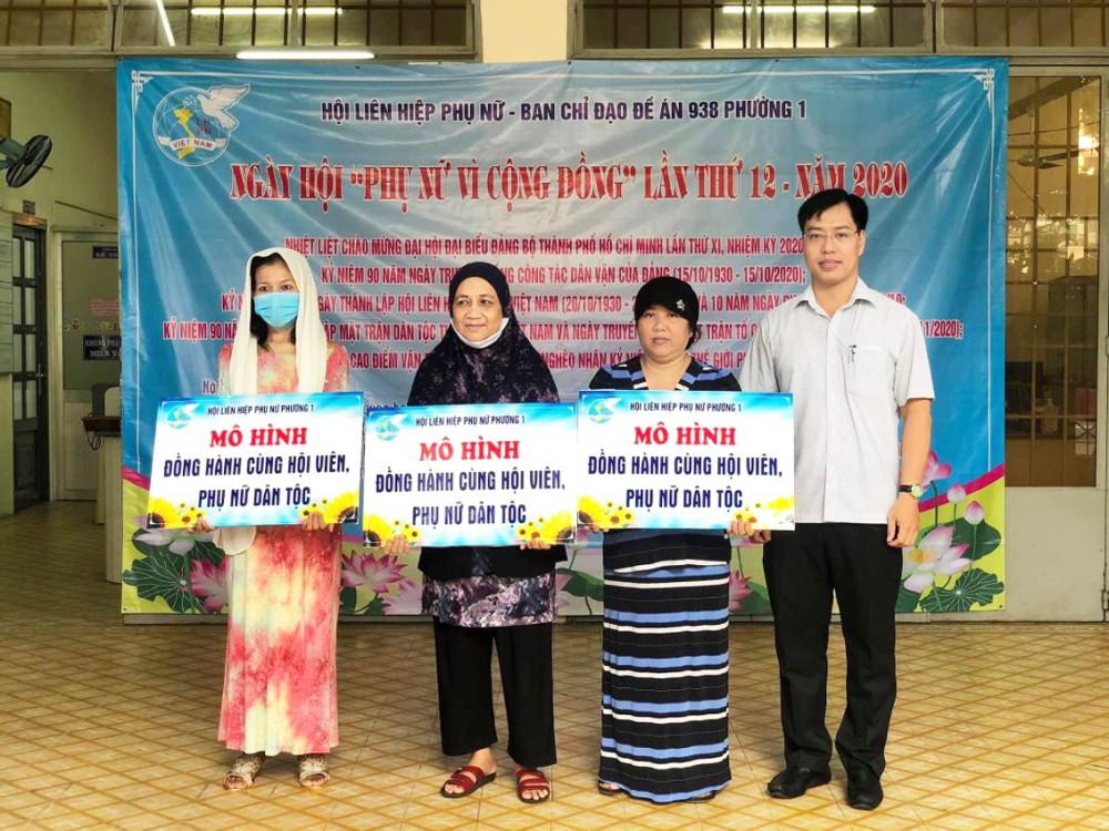 Chị Saphina (bìa trái) trong một buổi lễ tuyên dương  vì những hoạt động tích cực vì cộng đồng