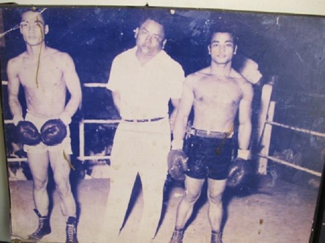 Lý Huỳnh (ngoài cùng bên phải) thượng đài lần đầu vào năm 17 tuổi.