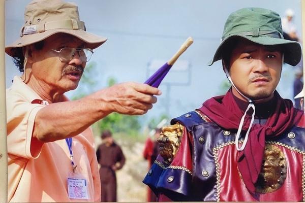 Nghệ sĩ Lý Huỳnh bên cạnh con trai Lý Hùng trên phim trường Tây Sơn hào kiệt.