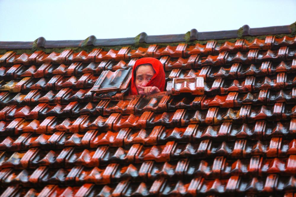 Ánh mắt tuyệt vọng của một người đàn bà vùng lũ - Ảnh: Hải Long - Soha