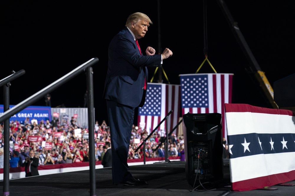 Tổng thống Donald Trump khiêu vũ khi bước ra khỏi sân khấu sau khi phát biểu tại một cuộc mít tinh vận động tranh cử tại Sân bay Thành phố Gastonia, Thứ Tư, ngày 21 tháng 10 năm 2020, ở