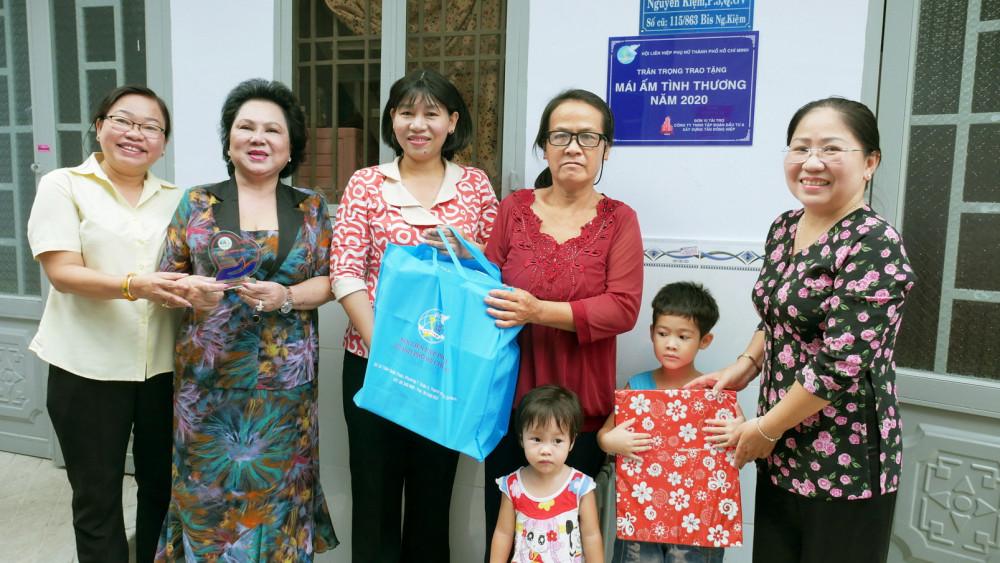 Hội LHPN TP.HCM và đại diện đơn vị tài trợ trao nhà và tặng quà cho gia đình bà Nguyễn Thị Kim Anh
