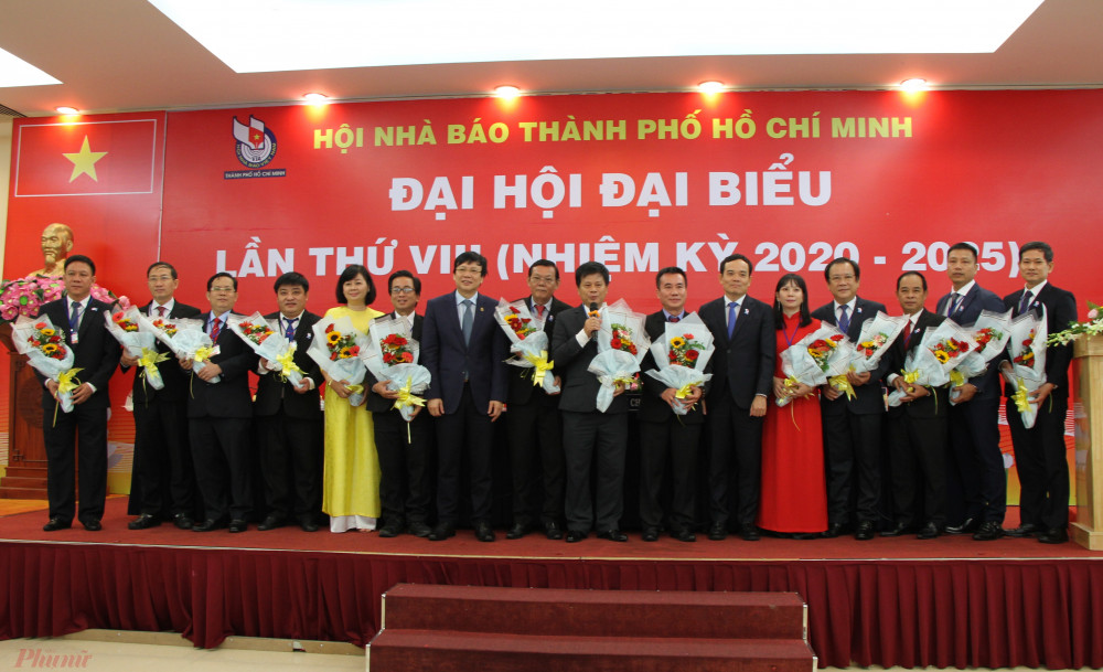 Phó bí thư thường trực Thành ủy TPHCM Trần Lưu Quang (thứ 6 từ phải sang), tặng hoa chúc mừng Ban Chấp Hành Hội nhà báo Nhiệm kỳ mới.