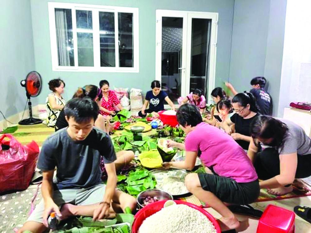 Phụ nữ Q.9 cùng nhiều anh chị em, bạn bè từ các quận khác gói bánh chưng, bánh tét gửi cho đồng bào miền Trung