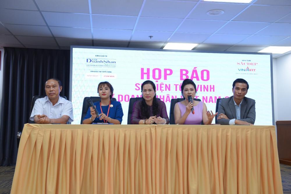 Bà Mai Phương - thành viên Hội đồng thẩm định (thứ hai từ phải sang) phát biểu tại buổi họp báo. Ảnh: BTC