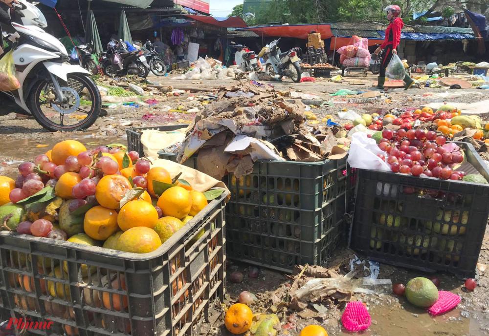 Hoa quả hư hỏng, chất đồng quanh chợ