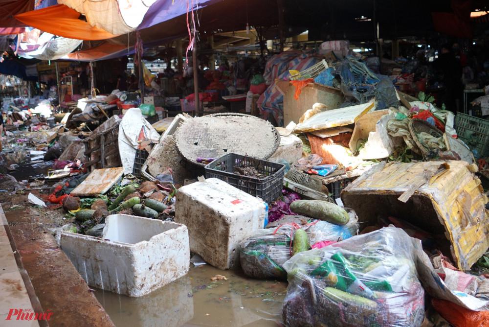 Rác chất thành từng núi bên trong chợ Hà Tĩnh sau lũ