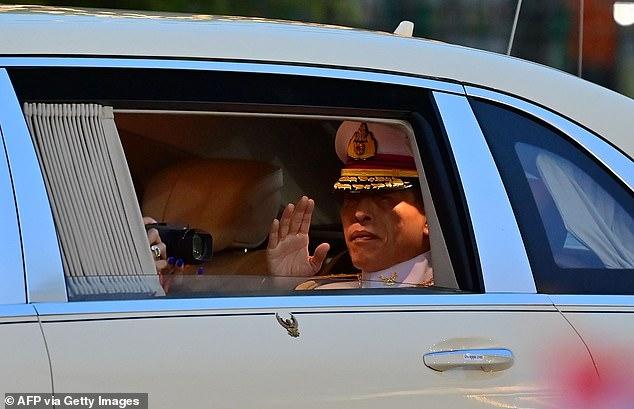 Nhà vua Thái Lan Maha Vajiralongkorn vẫy chào dân chúng. Có thông tin cho biết ông đã phải vào bệnh viện để kiểm tra sức khỏe - Ảnh:  AFP/Getty Images