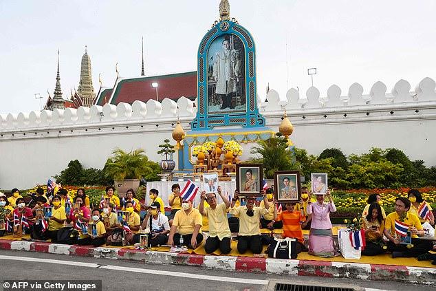 Những người ủng hộ tập trung dọc đường để chào đón nhà vua - Ảnh: AFP/Getty Images
