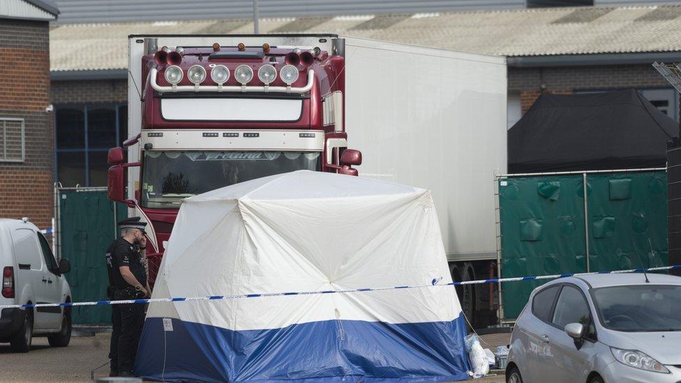 Thi thể các nạn nhân được phát hiện khi mở container tại Purfleet (Essex) - Ảnh: PA Media