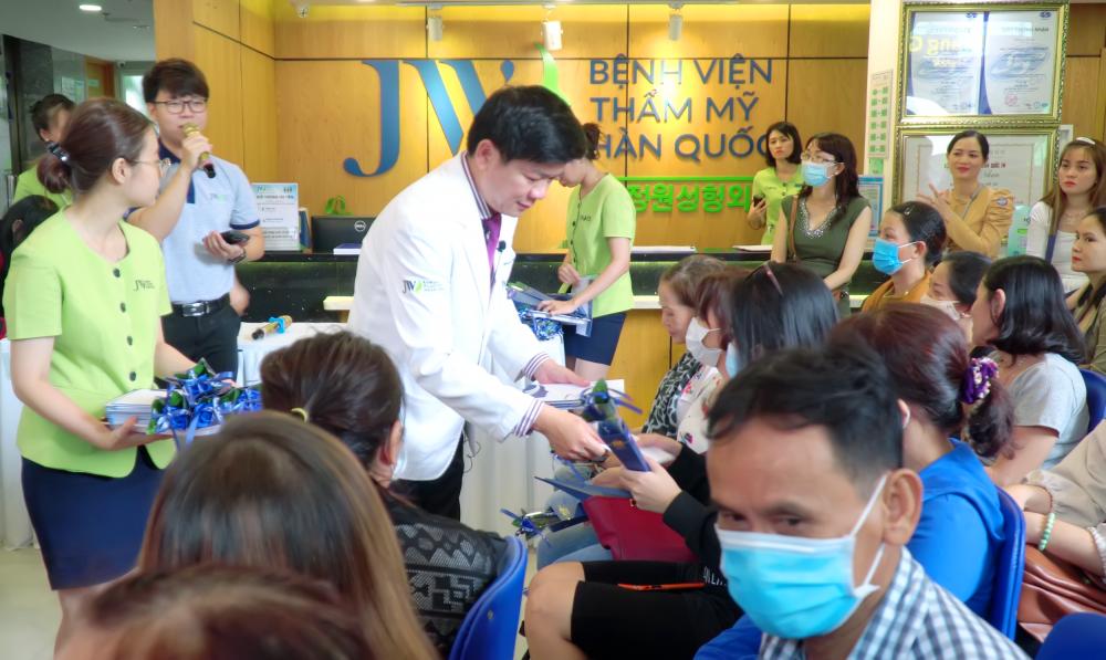 Bác sĩ Tú Dung thân thiện tặng hoa cho tất cả nữ khách hàng. Ảnh: Thẩm mỹ  JW Hàn Quốc cung cấp