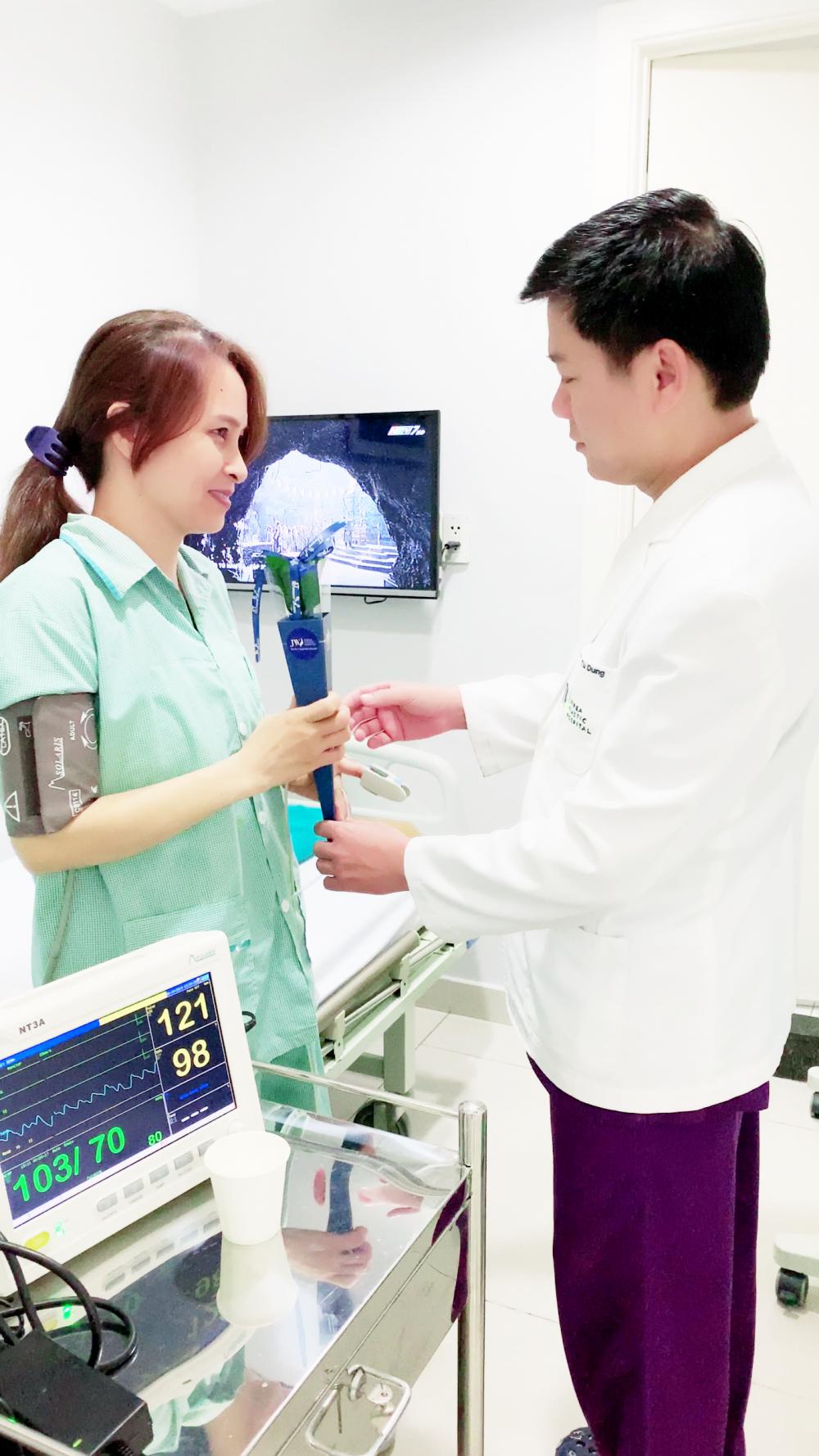 Bác sĩ Tú Dung đến thăm từng phòng lưu trú để tặng hoa cho chị em phụ nữ. Ảnh: Thẩm mỹ JW Hàn Quốc cung cấp