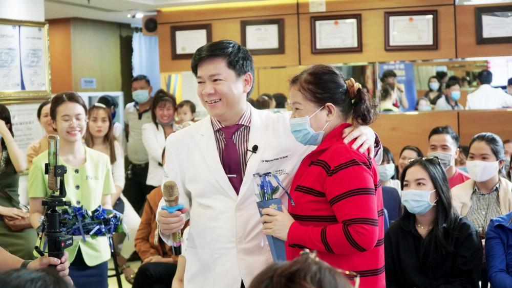 Bác sĩ Tú Dung luôn nỗ lực để xứng đáng với tình cảm của khách hàng dành cho mình. Ảnh: Thẩm mỹ  JW Hàn Quốc cung cấp