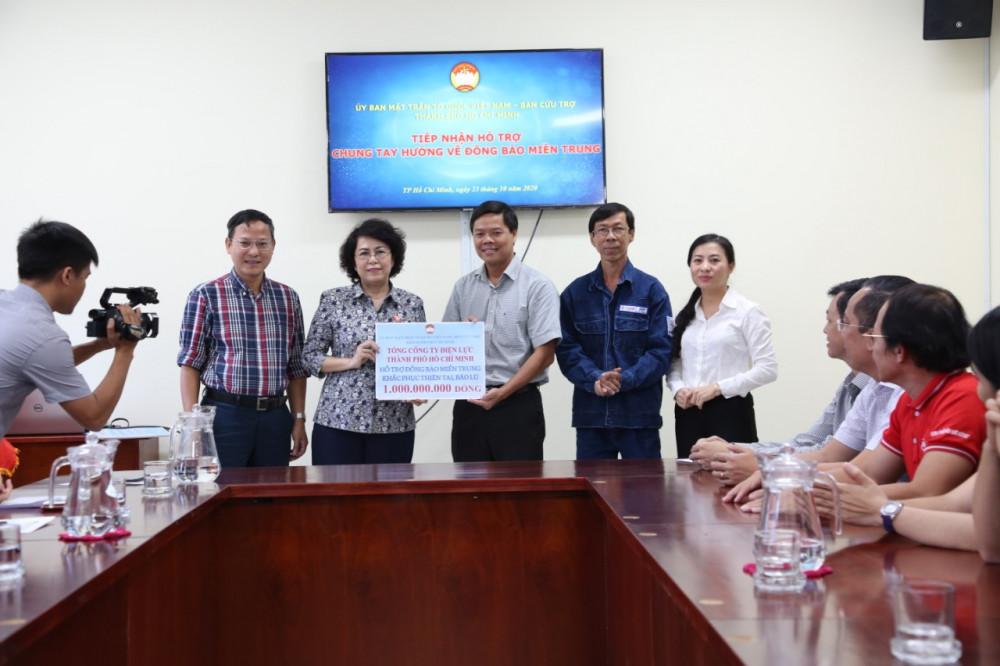 Ông Lê Văn Minh - Chủ tịch Công đoàn thay mặt cán bộ công nhân viên EVNCHCM trao số tiền ủng hộ đồng bào miền Trung cho đại diện Ủy ban MTTQ Việt Nam TP.HCM. Ảnh: EVNHCMC cung cấp